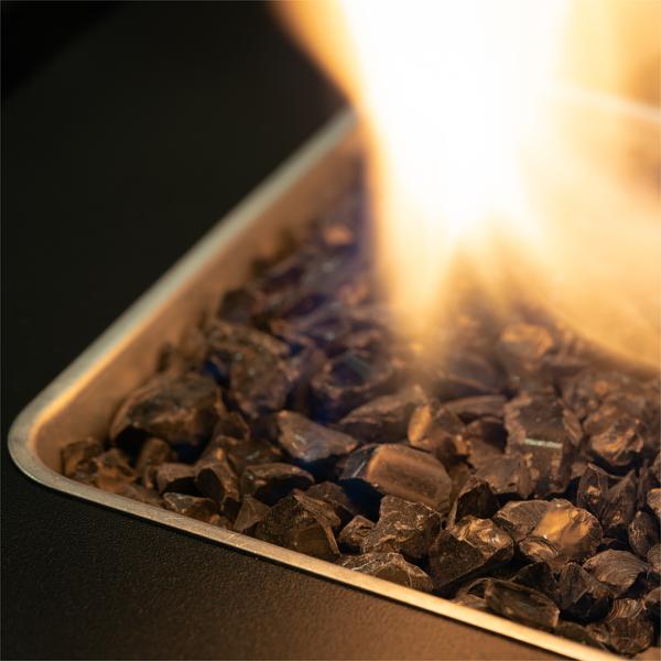 Faro terrassevarmer giver gyldne flammer, med sorte glassten