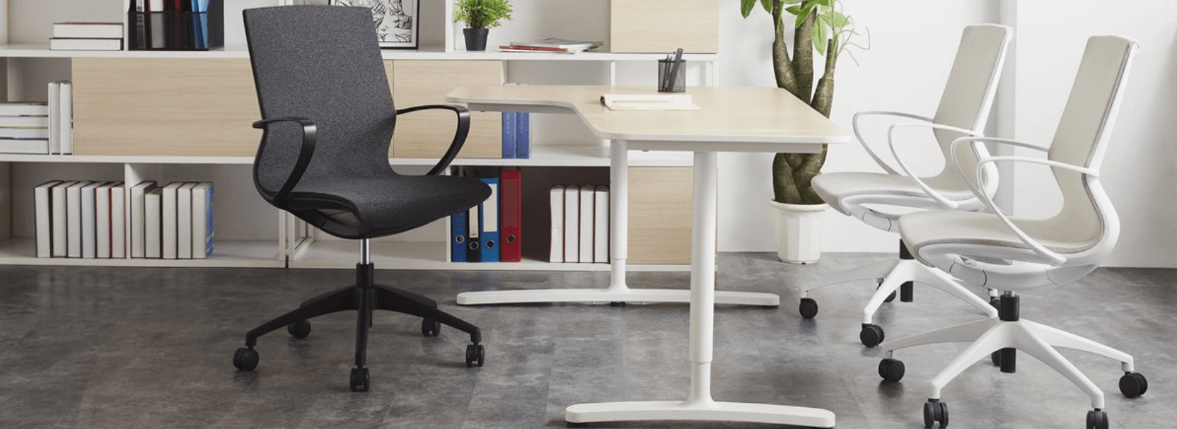 Vision kontorstol med mørkegrå polstring og sort stel
